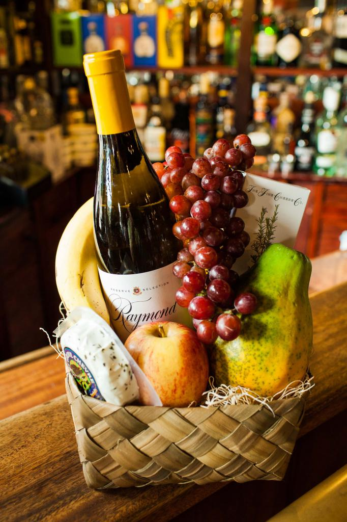 Фруктовая корзинка с вином