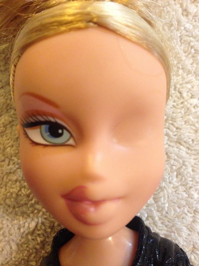 Голое лицо куклы