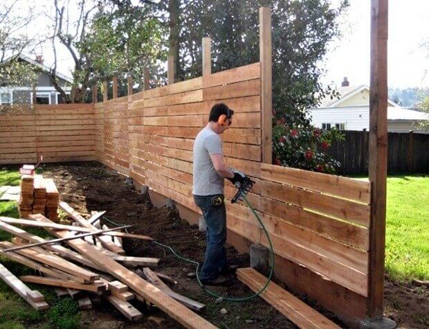 Строительство деревянного забора.