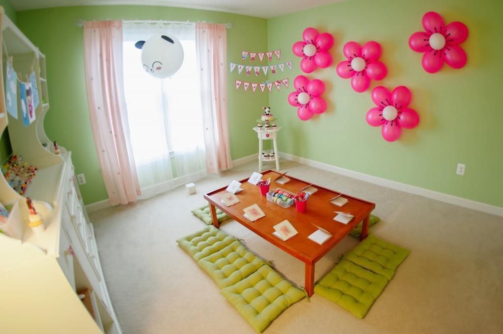 Праздничный стол и шарики