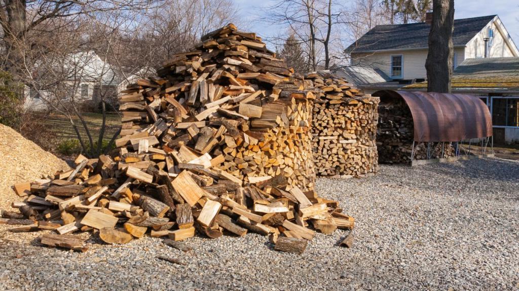 Как сложить дрова в поленницу? Как правильно и красиво уложить дрова друг на друга рядами, кругом и стогом? Схемы укладки дров клеткой и колодцем