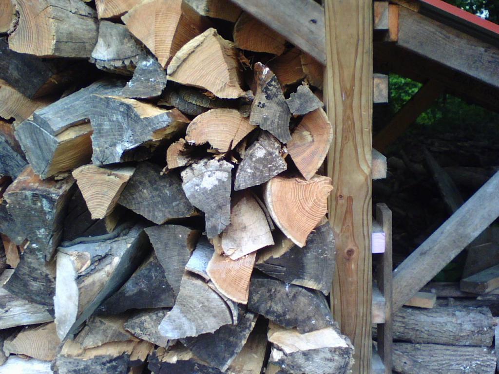 складывать дрова