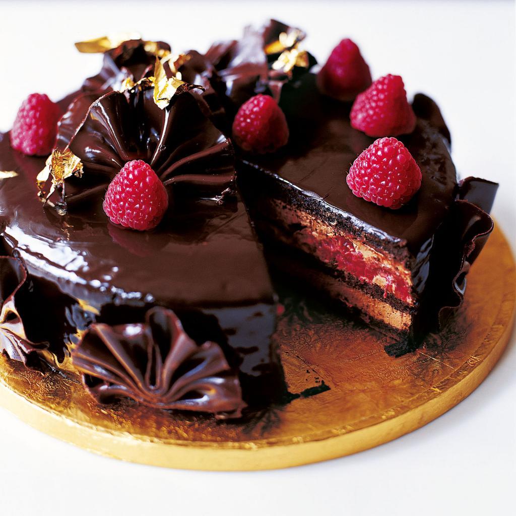 торт с шоколадом и фруктами