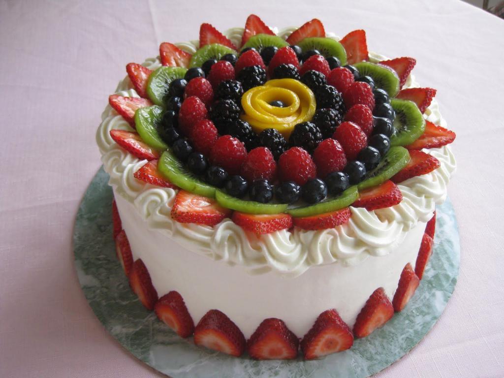 торт из фруктов и крема