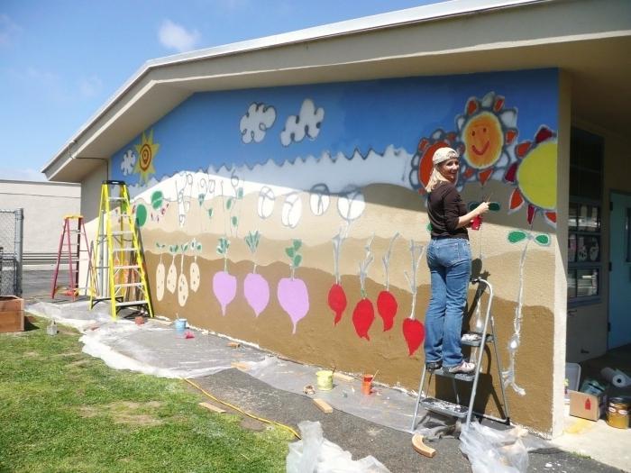 Воспитатель рисует в детском саду.
