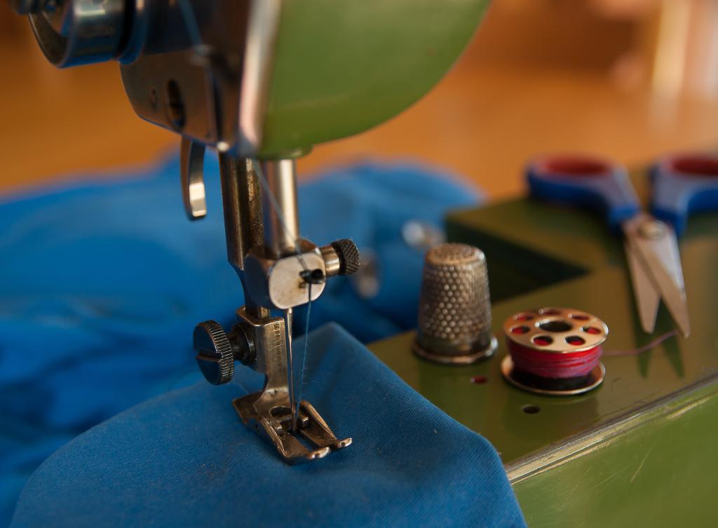 Процесс сшивания подушки