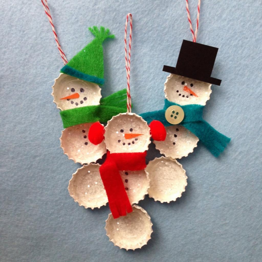 Снеговики из крышек