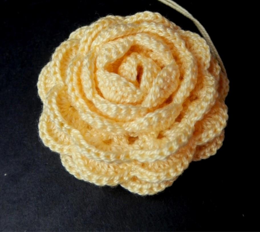 Роза, вязанная крючком